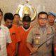 TUNTAS : Dua tersangka dalam rilis pers di Polrestabes Surabaya. (ist)