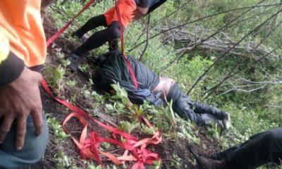 JENAZAH : Regu penolong sedang mengevakuasi jenazah Jopi Pranata di kawasan Gunung Buthak (memo x/ist)