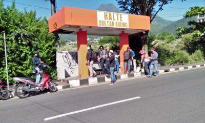 Prihatin Aksi Corat - Coret Fasum, Jurnalis bersama DLH Bersihkan Halte