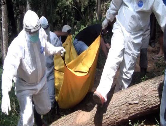 EVAKUASI: Petugas sedang mengevakuasi mayat yang belum dikenali identitasnya