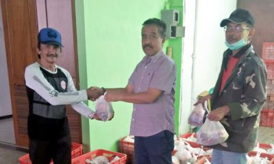 DAGING : H.M. Didik Subiyanto 'Kaji Bianto' anggota DPRD Kota Batu salurkan 600 paket kurban daging sapi ke masyarakat terdampak COVID-19 di Kelurahan Sisir, Kecamatan Batu. (memo x/lih)