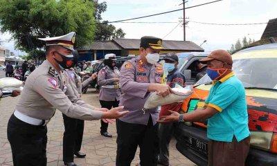 Hari Pertama Ramadhan, Polres Batu Bagikan Bantuan Beras dan Nasi Kotak Bagi Masyarakat
