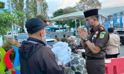 Kejaksaan Negeri bersama Jurnalis Batu bagikan 700 Takjil