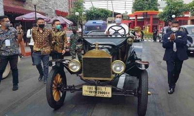 Kunjungi Museum Angkut, Menko Marves Coba Naiki Mobil Klasik