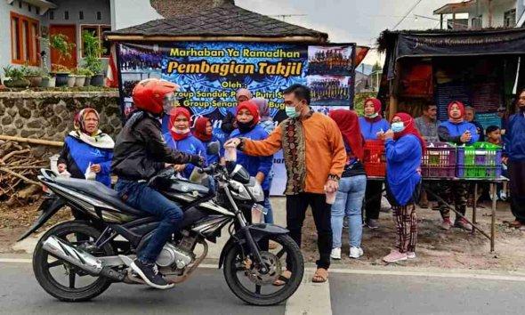 Anggota Fraksi Golkar DPRD Kota Batu Bagikan 5000 Takjil Gratis